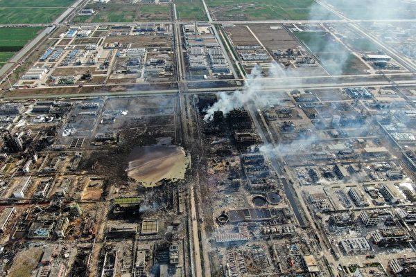 江蘇鹽城市響水縣化工廠巨爆事故後,25日,現場周邊的10所學校全部複課。圖為爆炸現場。(STR/AFP/Getty Images)