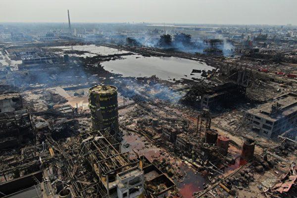 爆炸中心有二十多栋楼被炸毁,网民纷纷质疑官方发布的死亡和失踪人数的真实性。(STR/AFP/Getty Images)