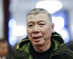 62歲馮小剛近照很顯憔悴 頭髮斑禿面色發白