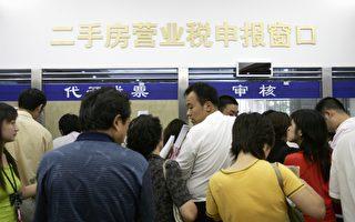"""中共在""""两会""""政府工作报告中称,将大幅减税降费。专家表示不可信。图为北京一纳税窗口。(China Photos/Getty Images)"""