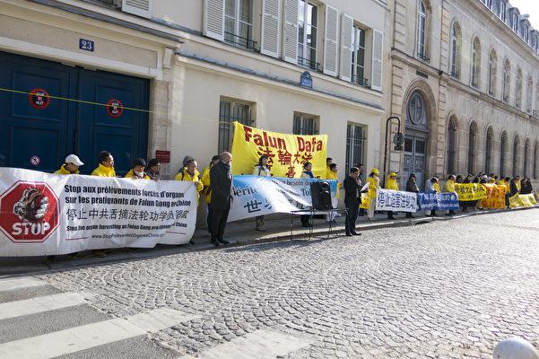 法輪功學員在中共駐巴黎使館前打出「停止中共活摘法輪功學員器官」、「世界需要真善忍」、「停止迫害法輪功」等橫幅。(關宇寧/大紀元)