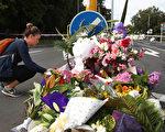 """新西兰""""基督城""""两座清真寺周五(3月15日)发生恐怖袭击,死亡人数目前已经升至50人,另有50人受伤。这是新西兰有史以来伤亡最严重的袭击事件。图为人们以鲜花悼念恐怖袭击的遇难者。 (Fiona Goodall/Getty Images)"""