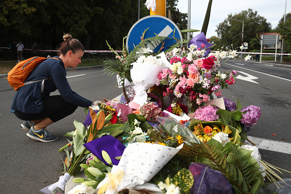 新西蘭「基督城」兩座清真寺週五(3月15日)發生恐怖襲擊,死亡人數目前已經升至50人,另有50人受傷。這是新西蘭有史以來傷亡最嚴重的襲擊事件。圖為人們以鮮花悼念恐怖襲擊的遇難者。 (Fiona Goodall/Getty Images)