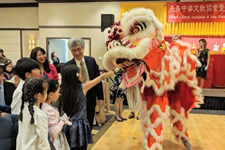 学童向彩狮喂红包。