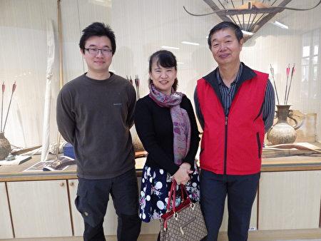 作者楊惠玲(中)與先生丁國書(右)及友人合影於展場。