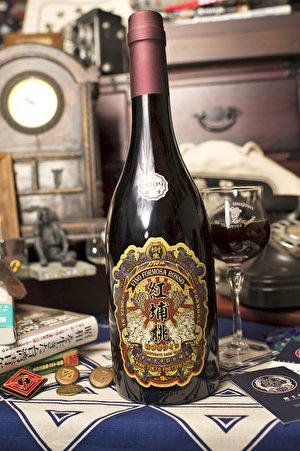 """本次参赛之""""红埔桃酒"""",其酒标为台湾漫画家吴旭曜设计。(驻法国台北代表处提供)"""