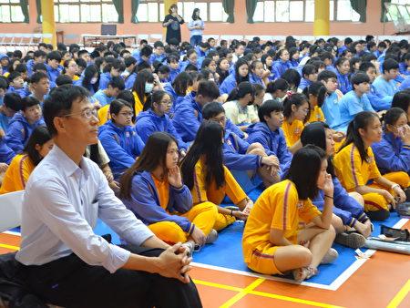 建國國中校長廖家春(左)與飢餓勇士誓師開啟活動序幕。