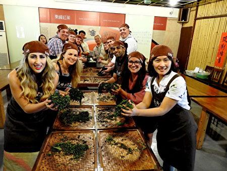 美國共和黨青年領袖訪問團成員體驗手捻紅茶。