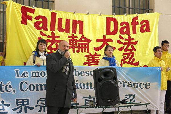 医生反强摘组织(DAFO)法国负责人Harold King在集会现场声援法轮功学员(关宇宁/大纪元)