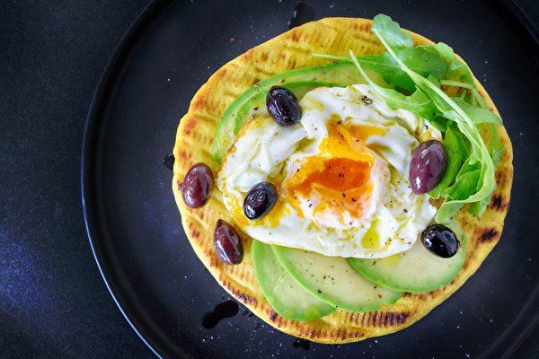 最新研究并没有纳入烹饪方式,即吃鸡蛋者是将其煮熟、煮沸、煎炸,还是用黄油炒熟等。(公有领域)