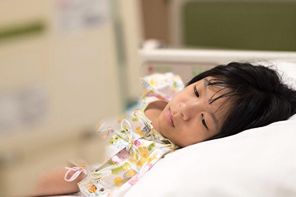 孩子发烧就给吃退烧药,不一定是好事。(Shutterstock)