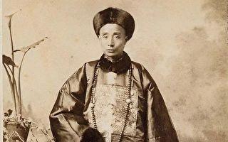 任教期間,他一直堅持身著清朝官服上講台。(公有領域)