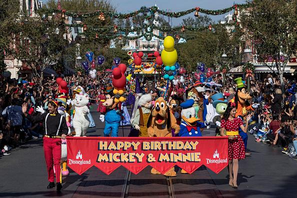 加州及佛州迪士尼乐园从5月1日开始将全面实施禁烟。图为迪士尼乐园米奇和米尼生日游行。(Joshua Sudock/Getty Images)