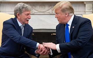 美國總統川普與丹尼·伯奇(Danny Burch)3月6日在白宮見面。(Saul Loeb/AFP/ Getty Images)