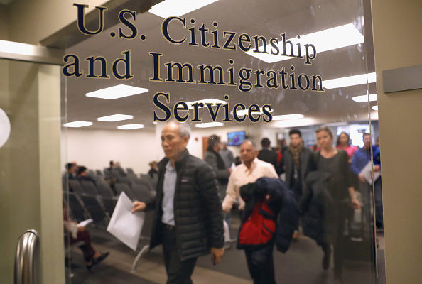 美国公民及移民服务局(USCIS)正计划大幅削减其驻海外的服务人员,将资源转移到国内办事处。(John Moore/Getty Images)