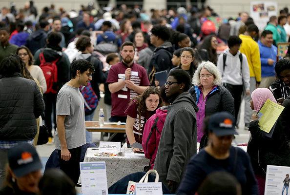 美国劳工部职位空缺数和劳工流动调查报告显示,1月份就业岗位增加10.2万份。图为本月份在波士顿举办的Youth Job And Resource就业博览会。(onathan Wiggs/Getty Images)