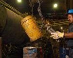 图为委内瑞拉国营矿业公司Minerven工人精炼黄金。(Diego Giudice/Getty Images)