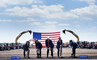 威斯康辛州時任州長沃克(左二)、美國總統川普(中)、富士康董事長郭台銘(右二)參加富士康在威斯康星州Mount Pleasant的動土儀式。(Brendan Smialowski/AFP/Getty Images)