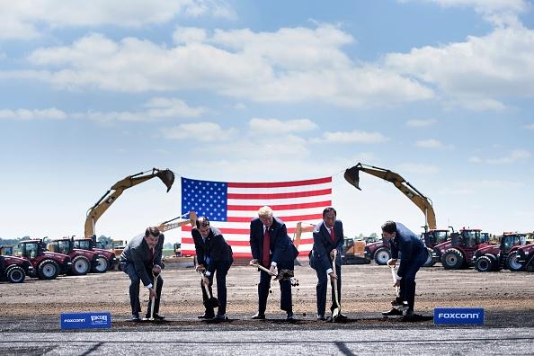 威斯康辛州时任州长沃克(左二)、美国总统川普(中)、富士康董事长郭台铭(右二)参加富士康在威斯康星州Mount Pleasant的动土仪式。(Brendan Smialowski/AFP/Getty Images)