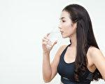"""补充水分可以促进排便排毒、燃烧脂肪,""""8杯水减肥法""""怎么做?(Shutterstock)"""