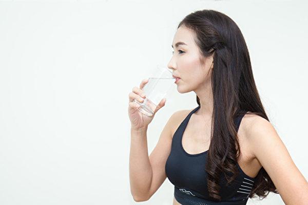補充水分可以促進排便排毒、燃燒脂肪,「8杯水減肥法」怎麼做?(Shutterstock)