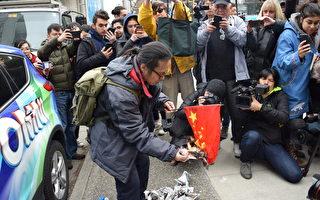 孟晚舟温哥华出庭 华人庭外烧血旗抗议中共