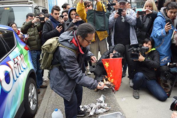 3月6日,孟晚舟再度出庭,有华人在法庭外烧五星旗抗议中共与华为监控民众。(唐风大纪元)