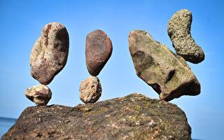 组图:欧洲叠石头大赛 奇形怪石平衡堆叠