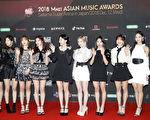 韩国人气女团TWICE出席2018 MAMA日本场红毯照。(Ken Ishii/Getty Images)