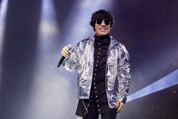 卢广仲银色夹克时髦 飙唱《我爱你》动感开场
