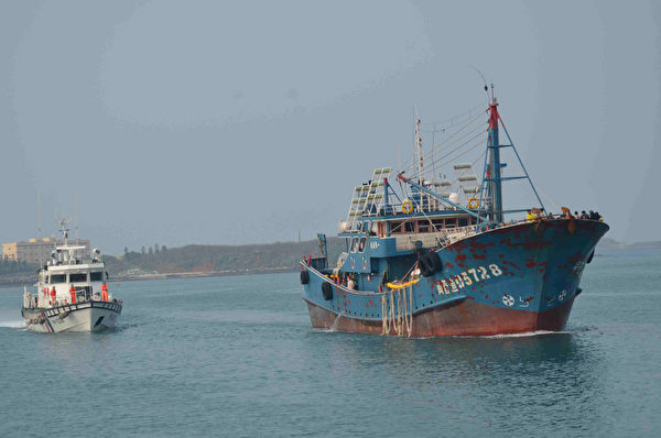大陆越界渔船扣留48天后驱离