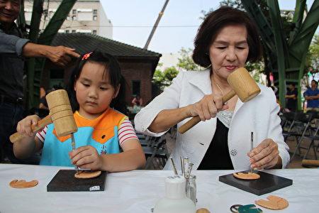 宜兰县长林姿妙与小朋友一起做皮雕 。