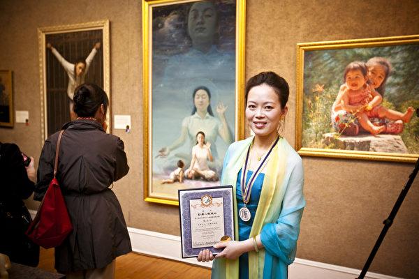 陳肖平以畫作《眼裡的媽媽》(又名:純淨入仙境)獲得新唐人電視台第三屆「全世界華人人物寫實油畫大賽」金獎。 (王貫明/大紀元)