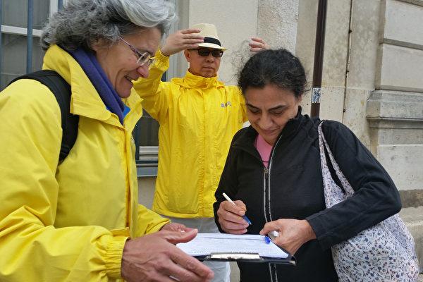 敘利亞記者Ferrosi簽署請願書,聲援法輪功學員反迫害。(大紀元)
