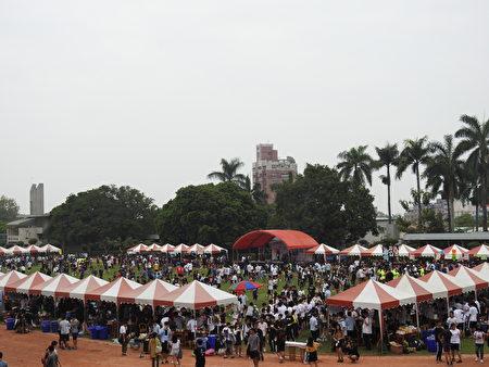 國立嘉義高中13日舉辦創校95週年慶祝校慶暨表揚傑出校友大會,圖為園遊會的盛況。