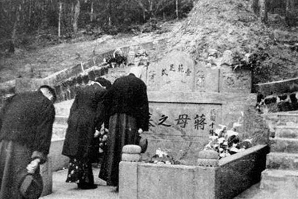 1949年蔣介石夫婦拜謁蔣母王采玉之墓。(公有領域)