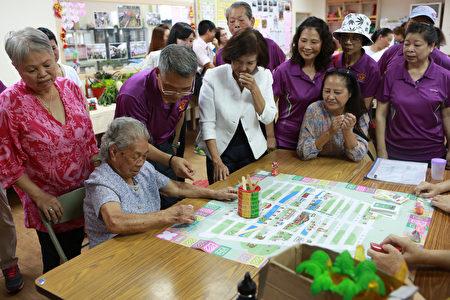 社区长辈表演迎宾舞。