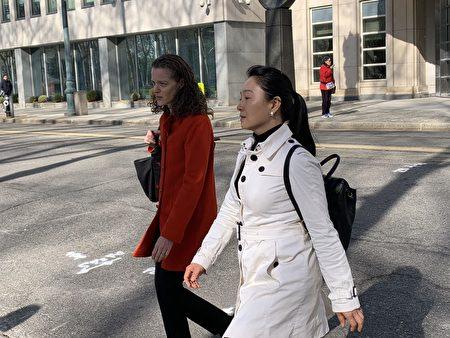 林英(右)和律师(左)离开法庭。