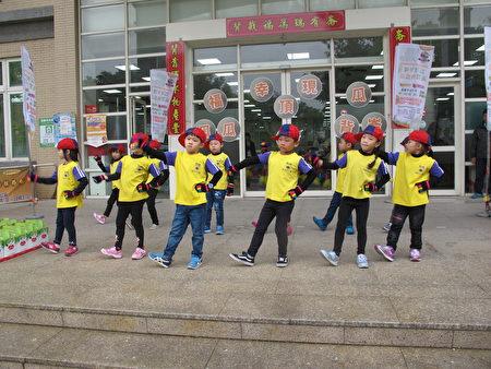 幼儿园的小朋友带来可爱的演出为活动暖场