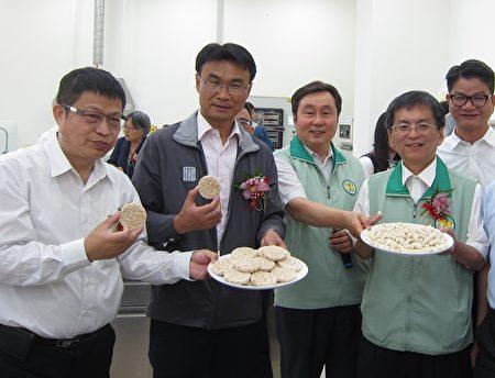 農委會主委陳吉仲(左2)參觀高雄區農改場「農產加值打樣中心」,並品嚐農產加工品。