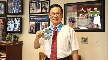 """张红淇高兴展示拿到了梦想中的马拉松最高境界""""六环奖牌""""。"""