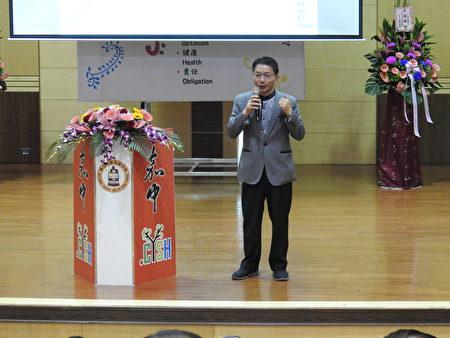 國立嘉義高中13日舉辦創校95週年慶祝校慶暨表揚傑出校友大會,傑出校友、現任家長會長邱國杰(如圖)應邀致詞。