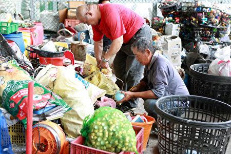 清洁队员做资源回收分类。
