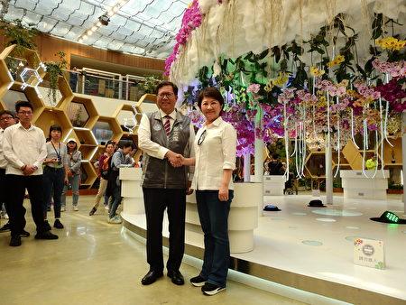 桃園市長鄭文燦4月8日參訪花博花舞館時,與台中盧秀燕市長合影。