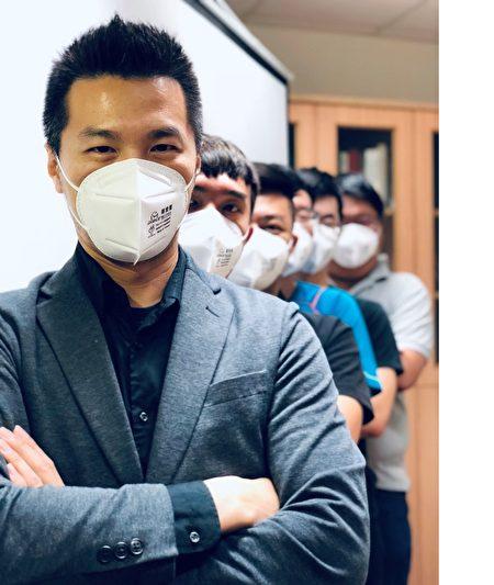 招名威博士以身作則示範正確的戴口罩方式。