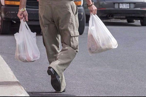 """温哥华禁止商家发放一次性塑料吸管、泡沫塑料杯和打包餐盒的""""限塑令""""本定于今夏生效,但很可能将被延期至明年。(加通社)"""
