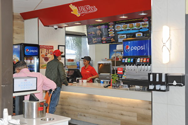 移民投资商机,大温哥华唯一焗鸡炸鸡连锁店Hi Five,以天然健康食材开创快餐新趋势。 (宇童/大纪元)