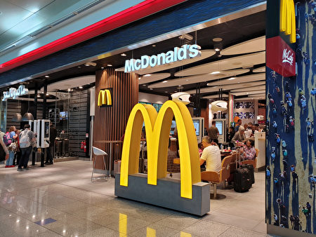 美国经济繁荣使得人力市场紧俏,技术需求门槛低的餐饮服务业,转而聘用二度就业的银发族,他们待人接物的态度赢得雇主高度的评价。图为快餐连锁店麦当劳。 (nlin.nee/Shutterstock)