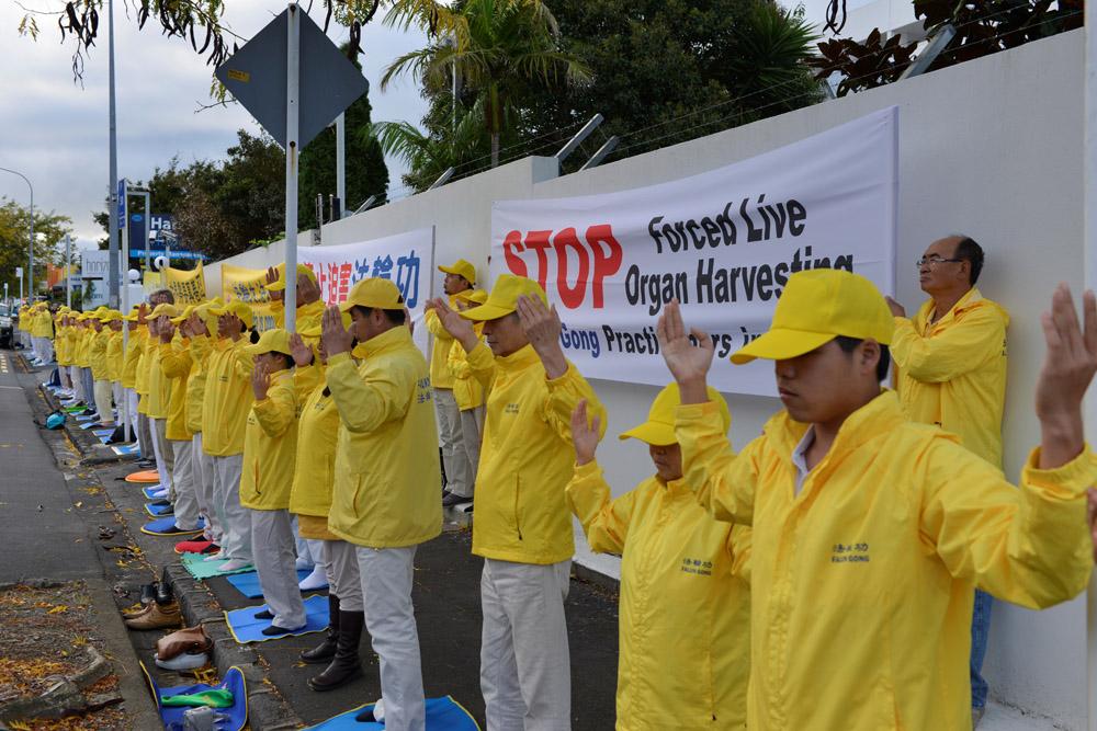 """新西兰部分法轮功学员聚集在奥克兰中领馆前,纪念法轮功学员""""4.25""""和平上访20周年。(张君/大纪元)"""