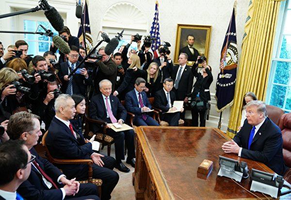 图为2月22日,川普在白宫会见刘鹤。(MANDEL NGAN / AFP)